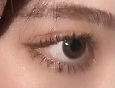 こういう目になりたいのですが、下瞼が重いせいかまつ毛が下がりません。どうしたら下がりますか、?