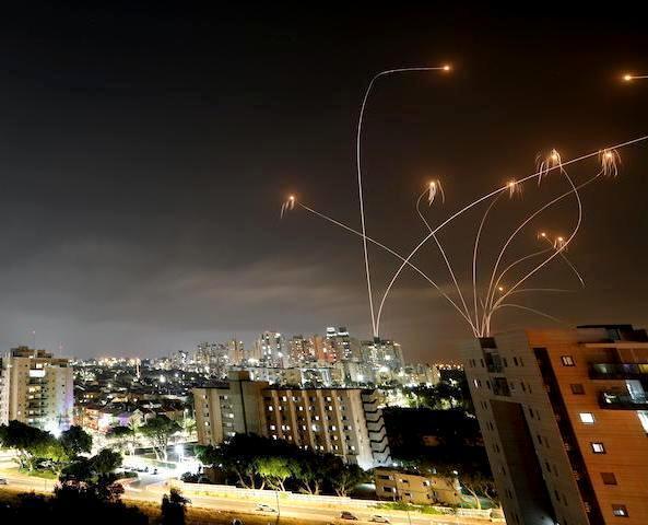 (yahoo.ニュース) 動画ゲームにあらず、降り注ぐロケット弾を 正確に捉えるイスラエルの迎撃ミサイル(アイアン・ドーム) 動画あり。 https://news.yahoo.co.jp/articles/010e72b47162dcc1ec38c641806b88930d468167 ハマスが、ガザ地区の高層ビルを破壊された報復として、130発のロケット弾をイスラエルへ発射。イスラエルのミサイル迎撃用防空システムであるアイアンドームは、テルアビブの人口の多いエリアを狙ったロケット弾のうち90%の迎撃に成功した。 . 130発の90%だと、約117発のロケット弾を撃墜した事に成るけど、 まだイスラエルは、レーザー迎撃システムは実戦に導入してないのかな?