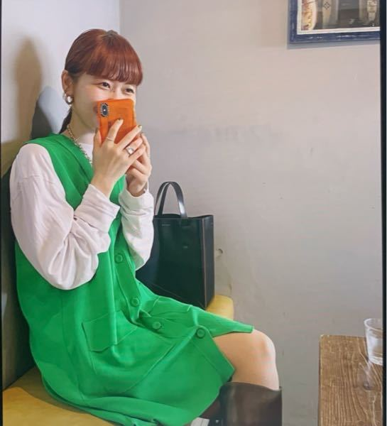 緑のワンピースについて 画像のワンピースみたいな服がどこのブランドか分かる方おられるでしょうか?? 古着だったら仕方ないのですが、似たブランドで形等ご存知でしたら教えて頂けると幸いです。 欲しい...