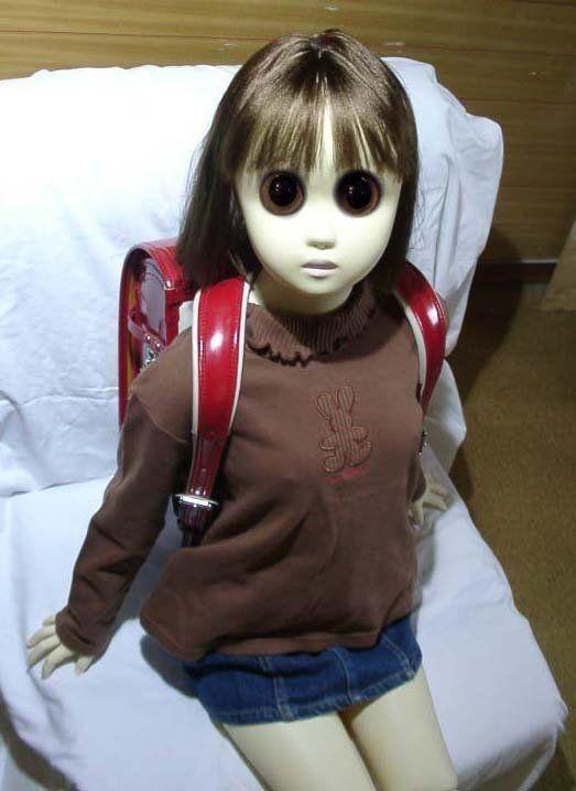 ※少し吃驚する画像があります。 前からちょくちょく見かけているのですが、この画像の人形は元々こういう作りなのでしょうか?