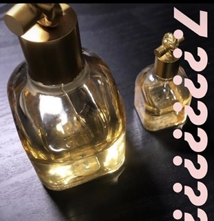 香水を探しています。 画像の香水なのですが、香りの種類もブランドも分かりません。 右はサンプルのミニサイズです わかる方がいらっしゃいましたら教えてください。 よろしくお願いします。
