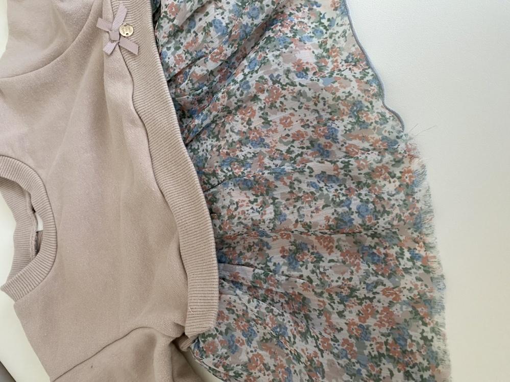 子ども服の裾の直し方について。 薄いポリエステル部分の裾がほつれてしまいました。伸びる糸のようなものでかがり縫い?されている部分が全体の1/4ほど取れてしまい、どう直したらよいか困っています。 ...