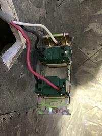 画像は上がトイレ照明スイッチ 下が換気扇スイッチです。真ん中に洗面所照明スイッチを付けたいのですが、どの様な配線になるでしょうか? 照明器具からの白線と黒線、渡りが必要であればそれも含めて教えて下さい。もちろん電気工事技師の資格が無いと出来ないのは承知しています。宜しくお願い致します。