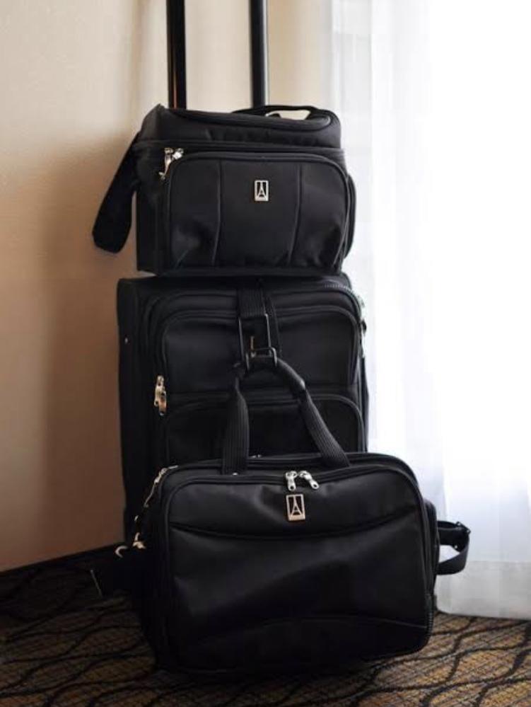 スーツケースやカバンなどを取り扱っているブランド名を知りたくて困っています。 ロゴの特徴は、エッフェル塔のようなマークを縦長の長方形で囲っているようなものです。アルファベット大文字のAを四角く囲...