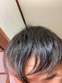 前髪が変な方向に曲がってしまいます。後、前髪が定まらずどんな風にすればいいかも分かりません。 まぁ私はチー牛陰キャなのであまり見られないから関係ないと思いますが…… センター分けもおでこが広いのでダメです。  美容院行ったことないのですが行った方いいですか?