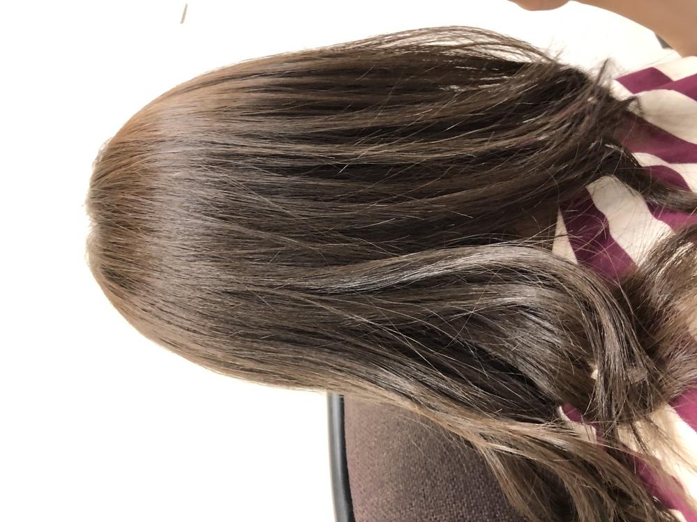 灰色に近いグレージュに染めたかったのですが、茶色になってしまいました。 私は赤系の髪でしょうか?室内にいると黄色っぽく見え、次回どのようにしてアッシュに近づけるか迷っています。 後この髪はレベルいくらくらいに見えますか?8レベルのアッシュとお願いしたのですが、明るくみえるのはアッシュの色味が負けているからでしょうか?