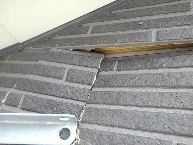 建売の新築住宅に住んで一年ほどです。 震度4の地震で外壁に亀裂が入ってしまいました。 建売だからと住む前に建物診断もしてもらって、お墨付きをもらい安心して住み始めたのですが、電線を引き込む金具の...