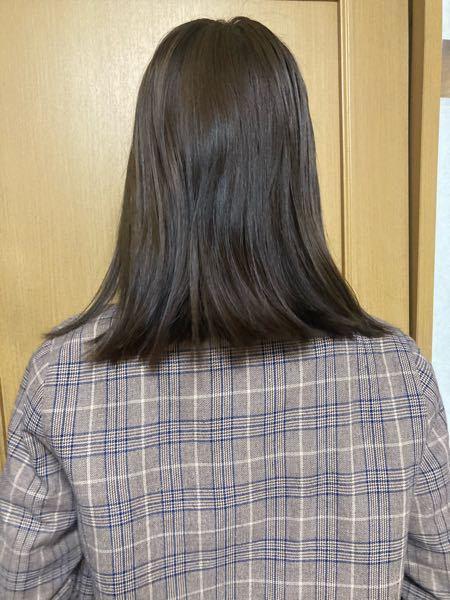写真は今の髪なのですが、 あまり傷んではないのですが毛先が外に向かっていくような流れです。 美容院で髪質改善トリートメントしたら真ん中に向かってまとまる様になりますか? これは切り方の問題ですか?