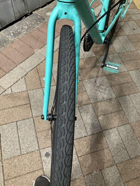 至急お願いいたします 今フードデリバリーの仕事をしていたのですが、自転車の前輪からカタカタと音が聞こえたと思ったら前輪がこのようになっていました。対処法を教えて頂きたいです…。