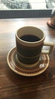4年間に京都旅行で行ったカフェでみたコーヒーカップソーサーです。どうしても欲しいのですがGoogle画像検索でもわかりません。 ソーサーに窪みがあって、コーヒーカップがぴたりと収まります。これは茶色でしたが青もありました。どこのメーカーか、あるいはこのコーヒーカップのカフェをどなたかご存知ありませんか