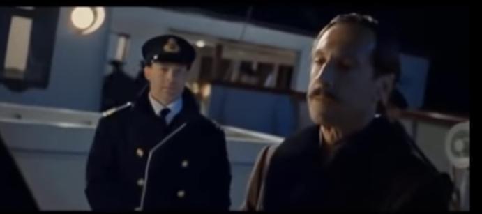 映画タイタニックで出てきた、この画像の右の人は、役ではどのような人でしたか?突然でてきて 「乗ったな、よし」 と言って、船にしれっと乗っていたのですが、これはどういう設定だったのでしょう?