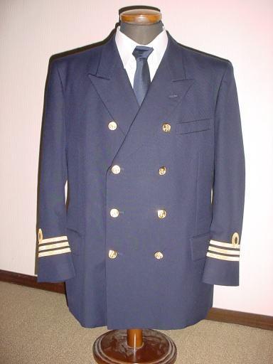 船乗りの制服についての質問です。外国の海軍や海上自衛官、海上保安官、また民間の船員の方々の制服は下の画像のような黒色なのでしょうか? そういった取決めなのがあるのですか?