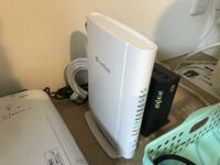 ソフトバンク光のルーターの冷却で質問です。 家のインターネットは、「ソフトバンク光」でソフトバンクのルーターと NTTの精密機器が一緒に置いてあります。  ソフトバンクのルーター(白い方)は常に熱を帯びていて、 真夏になると触れないくらい熱くなるんです。  ルーターが置いてあるところはエアコンがないところなので冷ます手段がありません。  ルーターは精密機器なので水で冷やすと言う手段が取れない...