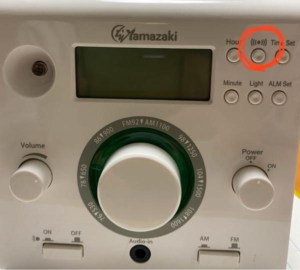 エコキューブラジオの、この赤い丸をつけたボタンはなんですか?押しても画面にこのマークが出るくらいでなんのボタンかわかりません。