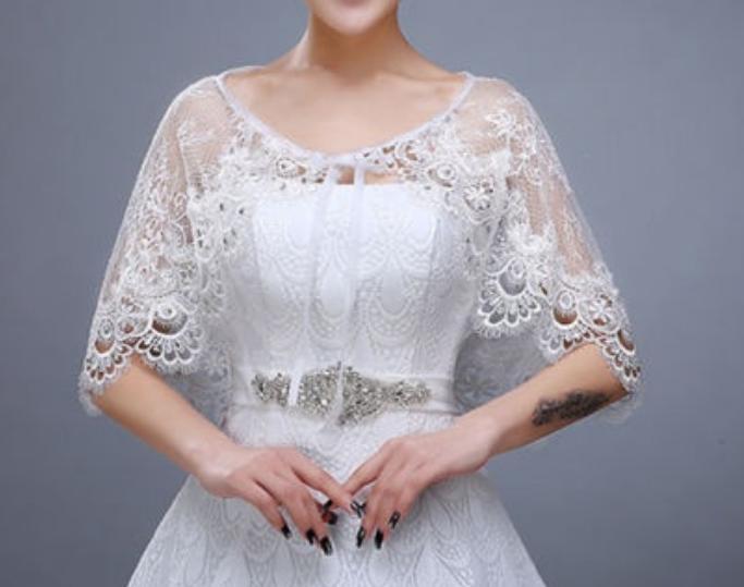 ドレスの上に羽織る肩掛けのものは何という名称でしょうか? 小学生の娘用に欲しいのですが名称が分かりません 取り扱いのサイトも教えて頂けると有難いです 白色の薄手、刺繍物を探しています 宜しくお願いします