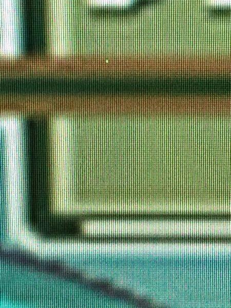 パソコン初心者なので初歩的な質問であればすみません。 パソコンのモニターに小さな緑の点が表示されます。 これはいったい何なのでしょうか? 気になり出したら止まらないので出来れば消したいと思っております