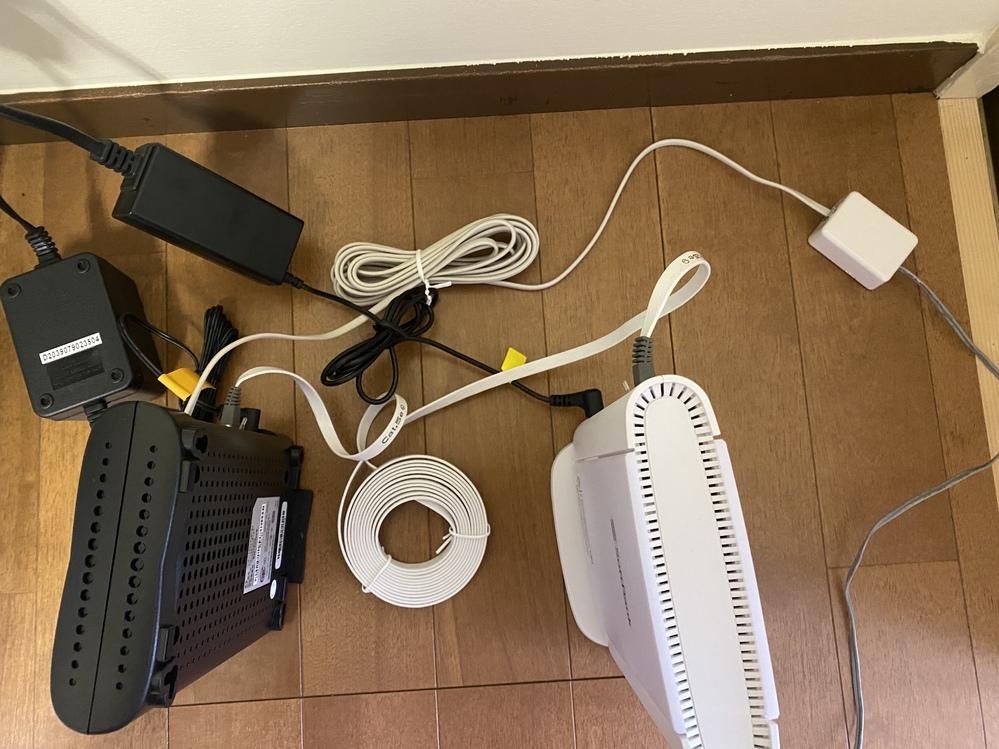 先程wifiの設置をしてもらったのですが全然インターネットにつながりません。 ケーブルも電源アダプタも間違えなくつけました。 電話の繋ぐところが古く穴が空いている感じです。 この型だと電話料金...