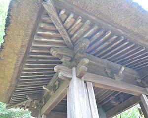 お寺や神社の屋根の「裏」が格子状?みたいになっているのは、何か名称があるのでしょうか? 写真みたいなやつです。 木が中央に向かって配列されています。 単に「補強しているだけのやつ」なのか あれはあれで、何か名称があるのか。 ちょっと気になりました。 ご存知の方いらっしゃればよろしくお願いいたします。