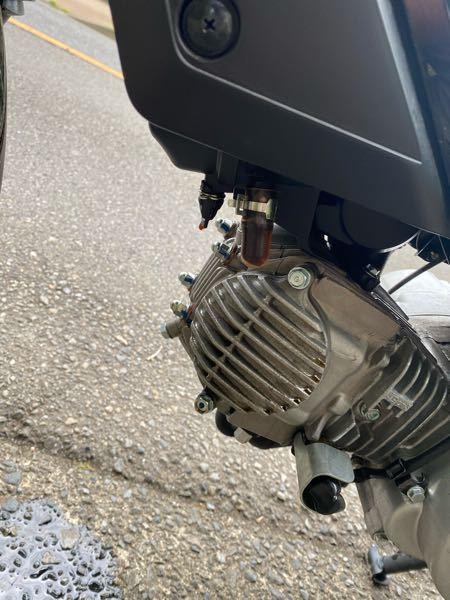 質問なんですが クロスカブカブ50です。 オイル交換自分でしたらこの垂れてる部分から オイルが漏れはじめて スピードがでなくなってしまいました。バイク詳しくない為どなたかわかりますか??
