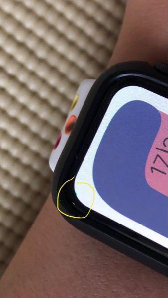 アップルウォッチseを買ったばかりなのですが液晶の一部が変色しています。なぜでしょうか? 原因と解決方法が分からないです。 分かる方がいらっしゃったら教えて頂きたいです。
