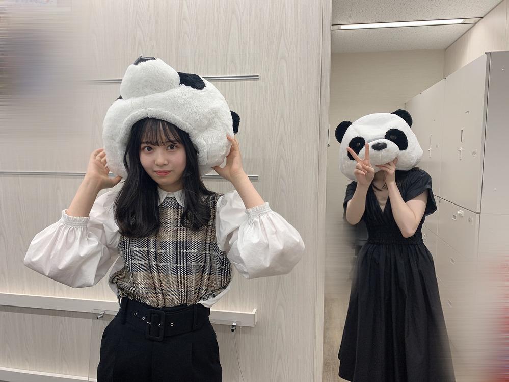 乃木坂46の佐藤璃果さんの隣でパンダの頭をすっぽりとかぶっているのは誰ですか?