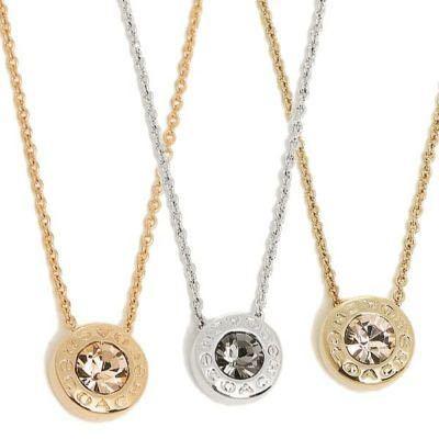 COACHのネックレスについてです。 画像のネックレスを購入しようか迷っているのですが、こちらは金属製品でしょうか? 金属アレルギーがあるので…。