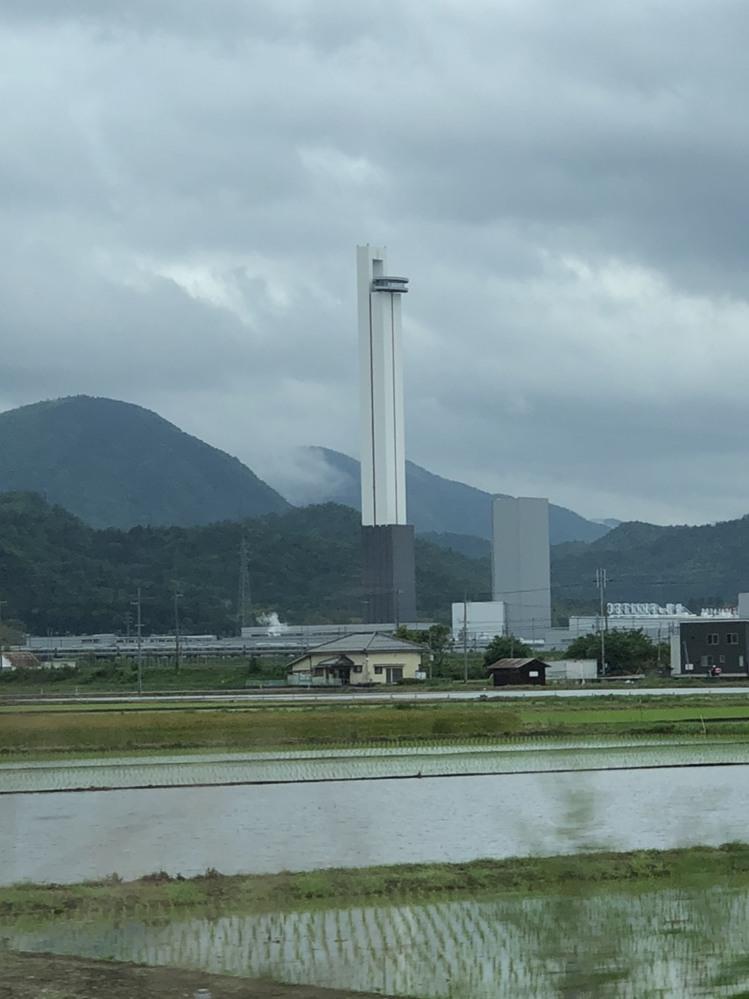 琵琶湖の東側を通っているときに背の高い塔を見つけました。 これは何の塔でしょうか?