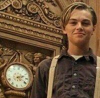映画《タイタニック》の、ジャックとローズの再会シーン。 後ろの大時計が、タイタニック号が沈んだ、「2時20分」で止まっている事に、 気付いた人いますか? つまりローズの魂は、あの日、あの夜のタイタニックに 帰って行ったんだと・・・
