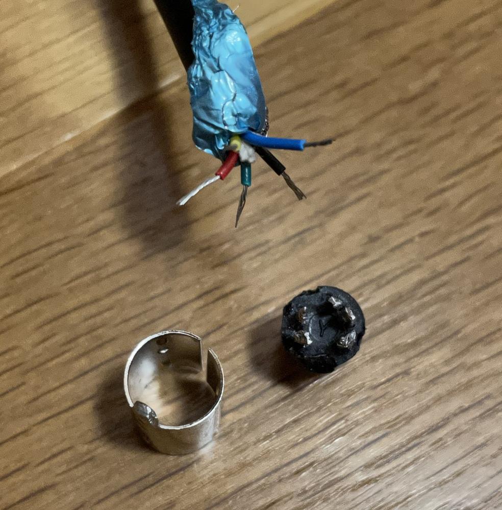 配線 ハンダ付けについて質問です。 電子ピアノのペダルのケーブル先端が取れてしまいました。 修理したいのですが、ハンダ付けしてさせばなおりますか? 右回りに 黒、緑、赤、黄、青の順番になっていますが、何処が何処の場所か分からない状態です。 一本づつ付けて外して確認して行くしかありませんか? 金属の丸型のも付けないと作動しませんか? 画像も添付しますので、詳しい方 教えていただけますか? 作業手順等、詳しく教えて頂ければ幸いです。 よろしくお願いします。
