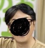 男性で前髪が伸びて邪魔になった時に写真のような分け方をする人いると思うんですが、こういう分け方を何と呼ぶのでしょうか?