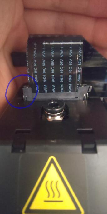 3Dプリンターについて 以前ダヴィンチminiw+の不具合について質問した者です。 プリントモジュール周りを点検していた所、モジュールと本体のコードの接続するための部品が折れていることに気が付きました。 まだ2,3回程しか着脱していませんが、コード自体はしっかりとハマっているようなので実用上問題かなと思っています。 修理に出したほうが良いでしょうか? ぜひ回答お願いします!