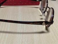 中2の女子です!4月にあった視力検査で視力が落ちていたのでメガネを買い換えました。 小5からメガネをかけてるんですけど、裸眼だと0.1+乱視がひどくなってると眼科の先生に言われました。 新しくメガネを買ったのですが、かなりレンズが分厚くなってしまいました。。。写真が私の新しいメガネなんですけど横から見るとレンズが結構飛び出ちゃいます。。。 かけているとすごく疲れるというか、メガネが重たく感...