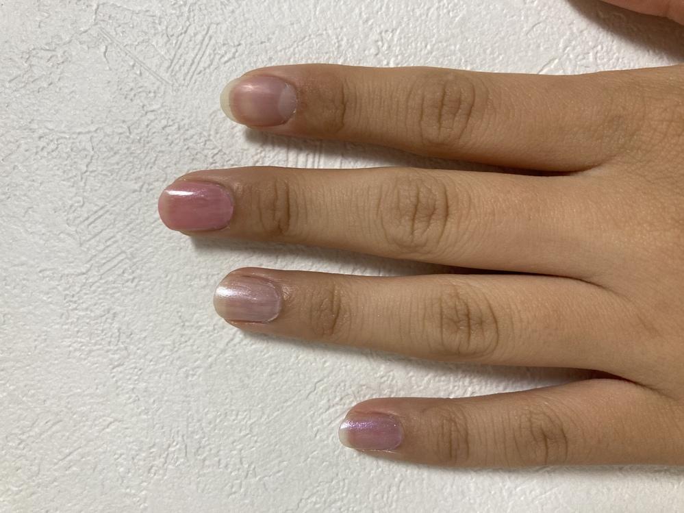 マニキュアの色についてです。 写真の中でどの色が一番肌色にあっていますか?指の名前でお願いします。 どの色もなんだかイマイチでしたら、似合うと思われる色や色の系統を教えていただきたいです。 よろしくお願いしますm(_ _)m