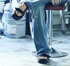キングヌーの常田大輝さんが履いてるサンダルについてです。 「Rolling Stone」誌の記事で履いている下の写真のサンダルのブランドが分かる方、いらっしゃいますでしょうか。ブランドが分からない場合、デザインの一般名称や、似ているデザインのサンダルを教えていただけると嬉しいです。よろしくお願いします。