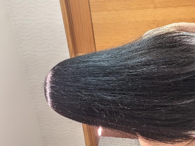 髪の毛がツヤツヤになる方法 髪の毛は比較的サラサラだと思うんですけどまとまりがなく枝毛?が多く...