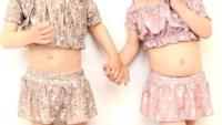 この二人の女の子のお臍は出ているように見えますか?臍が浅く中が見えてるだけですか?水着は可愛いですか?