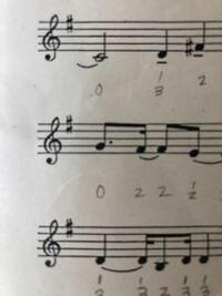 E♭かD、どっちに♯がついてるんですか??私はDに見えるんですが、なんかよくわかりません。 ちなみに、宝島の4thの1枚目の楽譜の下の方です。