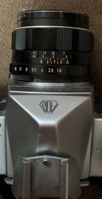 フィルムカメラ初心者です。 レンズのF値を切り替える時に画像のように数字と数字の間にも切り替えができるのですが真ん中に刺している時のF値っていくつとかあるのでしょうか?説明が伝わりにくくすみません。