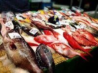 魚の市場等で売られている①お刺身のパック、②魚まるまる1匹だったら、どちらの方がおすすめでしょうか。 パックではなく、何も捌かれていないまるまる1匹の魚を買った方が、鮮度も良く美味しいのでしょうか?