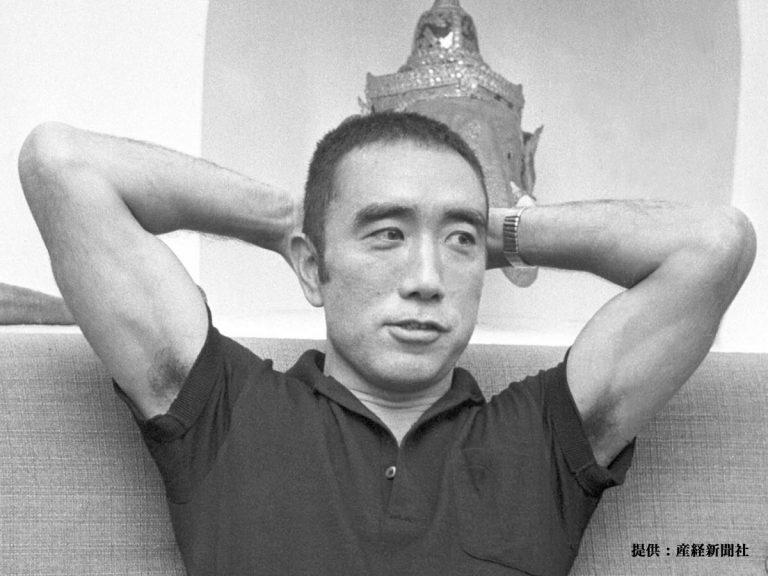 今の70代が若い頃、脇毛を見せつけるように頭の後ろに手を組むのが流行ったのは 三島由紀夫のせいですか? 私が子供の頃、こういう別れられてを見せつける親父が多く「汚ない。なんで態々脇毛見せるわけ?...