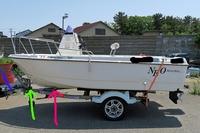 ボートの乗せ方について(ボート) 画像をご確認願いたいのですが NEO390を軽トレーラーに乗せたいのですが なるべく後方部分をトレーラー内に納めたいので、ウィンチスタンドを前方に 持って行きたいと思っております! こうすると ボートのキール部分がフレームにあたりそうな気もするのですが ●キールローラーは必要になってきますか? 必要な場合はピンク印、緑印どのあたりに入れるのでしょうか?  ●...