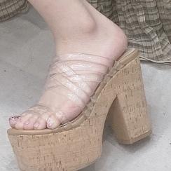 この靴、どこのものかわかる人教えてください。
