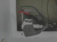 自力でビルトイン食洗機の交換を計画していますがコンセントにアースを逃がす器具がついていません既存はビニールで巻いてあります 問題はないのでしょうか?