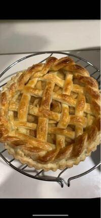 今日アップルパイを作り味などは美味しくできたんですが、焼いてる時に生地が溶けて不格好になってしまいました…。 この上のクルクル巻いてあるのをどうしてもつけたくて(><) もう一度挑戦したいのですがコツ?とか教えてくださいᵒ ~ᵒ