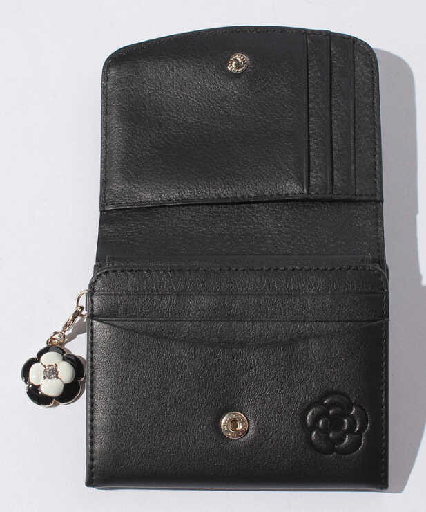こちらは、クレイサスの 2つ折り財布なんですが これに似た財布を探してます。小銭入れがボックス型 で、色は黒か茶色希望してます。予算は2万円です いいのがありましたら 教えて下さい