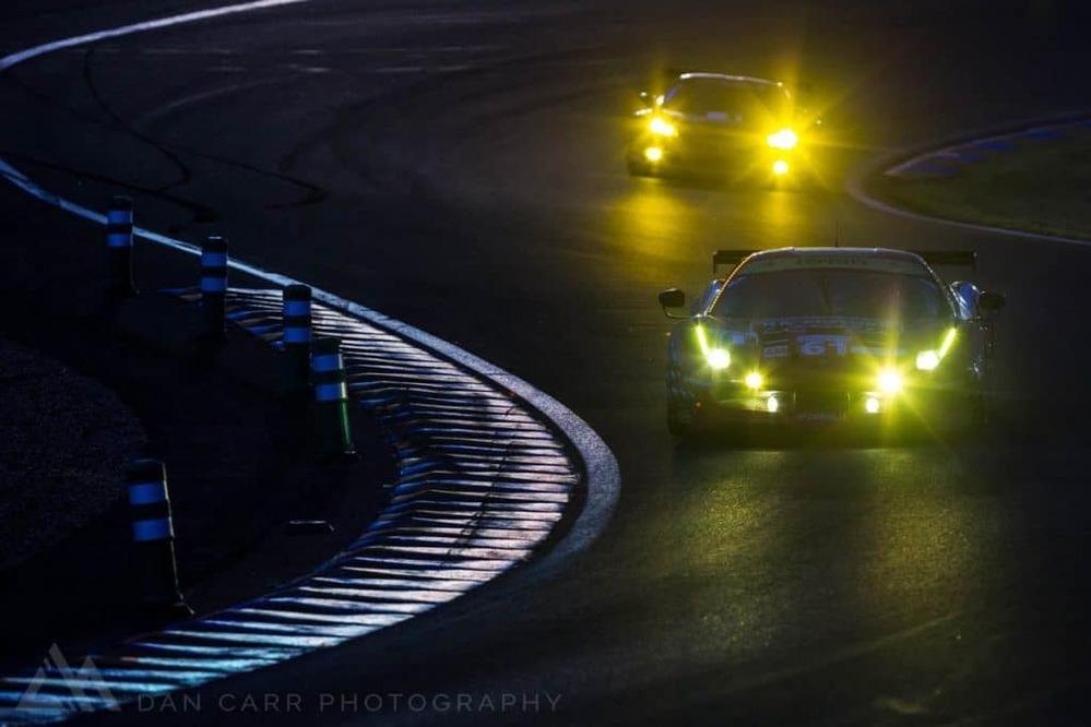 なぜルマン24時間耐久レースて夜は真っ暗なのですか。 ・・・・・・・・・・・・・・・・・・ よく分からないのですが。 motogpとかF1のナイトレースてサーキットを照明で照らしてレースをしていますが。 なぜルマンも夜は照明を点けてレースをしないのですか。 クルマのライトの灯りだけで300km/h以上で走るのって危ないと思うのですが。 と質問したら。 コスト。 という回答がありそうですが。 アメリカのなんか分からないローカルレースでも夜は照明ですが。 それはそれとして。 確かに昔はサーキットを照明で照らすという概念がありませんでしたが。 今はサーキットを照明で照らしてどこも夜にレースをしていますが。 なぜルマンも照明にしないのですか。
