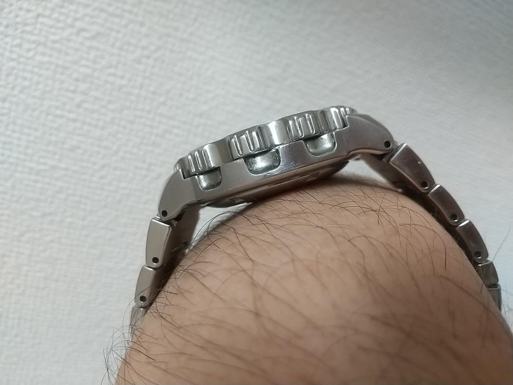 腕時計の手首への沿い方。 時計が大きくそして裏蓋が厚い。 となると、ラグ付近に隙間が大きく空きグラグラするのわかりますでしょうか? わたしはこの現象が苦手ですが、私以外にも気にする人いますか? この空間にスペーサー的なパーツを填めて密着感を良くしてる腕時計ありますよね。あの部品の名前は何ていうのですか? 社外ベルトで良いのありませんかね? (ちなみに写真はセイコー5のブラックモンスターです。)