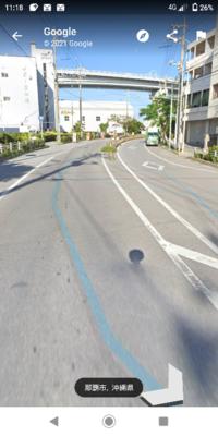 このような中央分離帯のある一方通行の道路では中央分離帯がきれたところから転回するように反対車線に入っていいんですか?