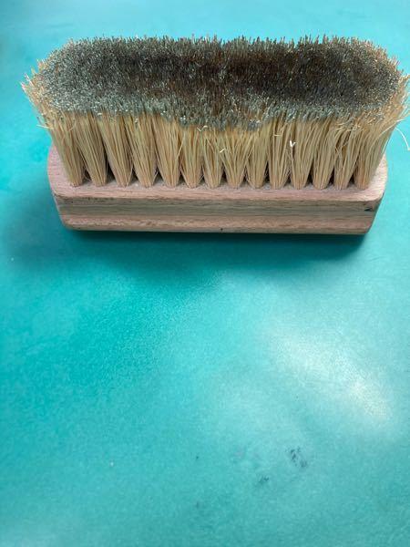 このブラシはなんでしょうか? 靴を磨くには硬いです。用途は校章磨きに使ってます。