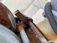 ジェットスキーのトレーラーのハンドウインチについて質問です。 ロックのやり方についてですが写真のレバーはこの状態ではロックが掛かっている状態でしょうか? 一応両方向ともハンドルは回らないのですがレバーを下ろした状態がロックなのではと思い質問しました。ちなみに下ろした状態でハンドルを回すと歯車とロック部分が外れ回ってしまいます。 説明下手で申し訳ありませんが教えて頂きたいです。